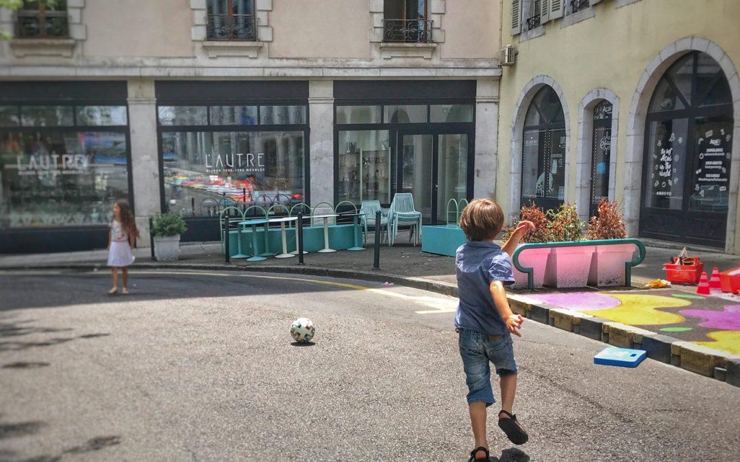 jouer au foot dans la rue, un dimanche