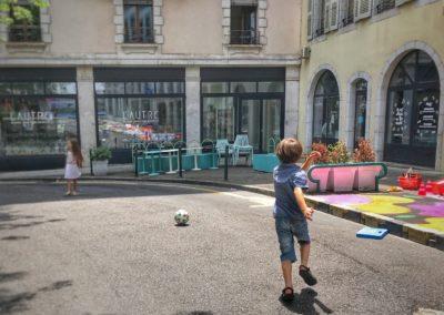 Enfants jouent dans la rue