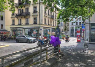 Voitures et motos place Grenus le dimanche